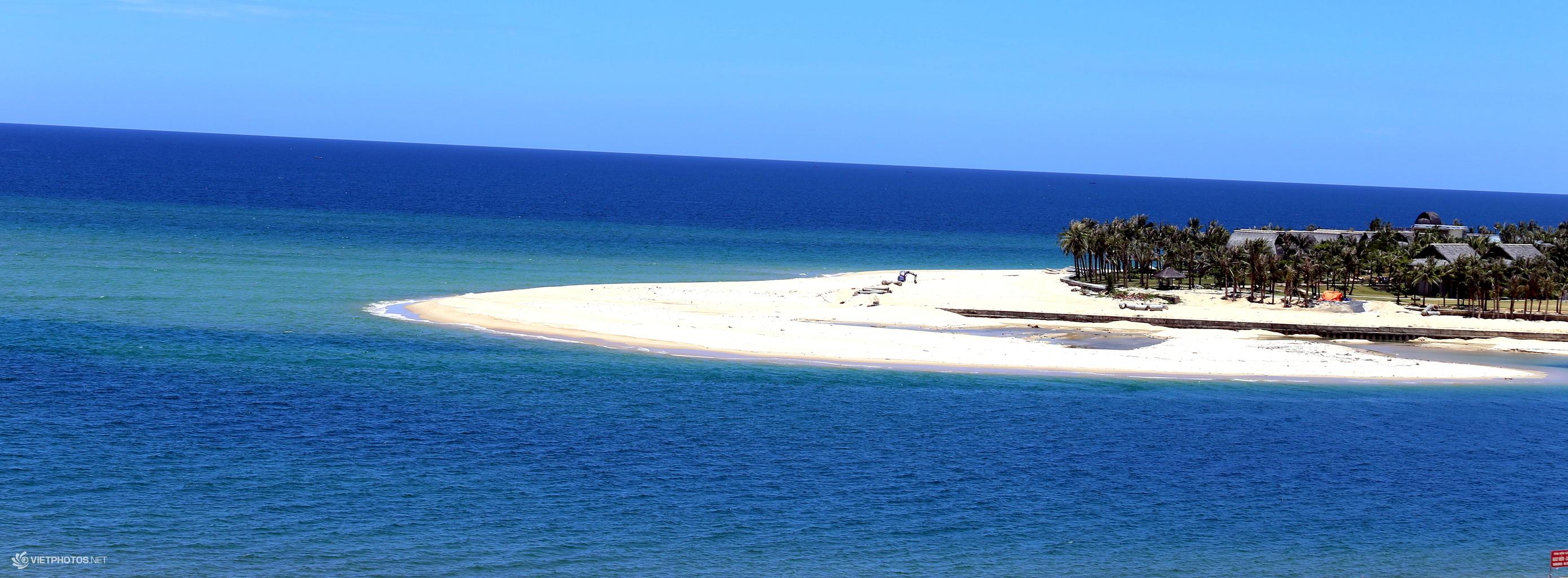 Màu xanh ngọc bích của nước biển Nhật Lệ sẽ giúp bạn thư thái và có cảm giác bình yên, dịu dàng.