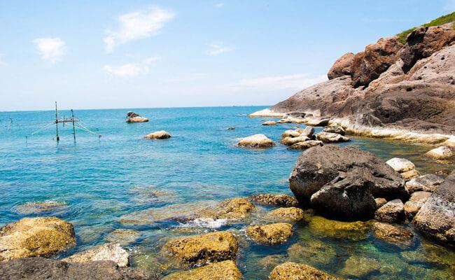 Sóng biển nhấp nhô, ùa về trắng xóa, đùa giỡn tung tăng đón chào khách du lịch.