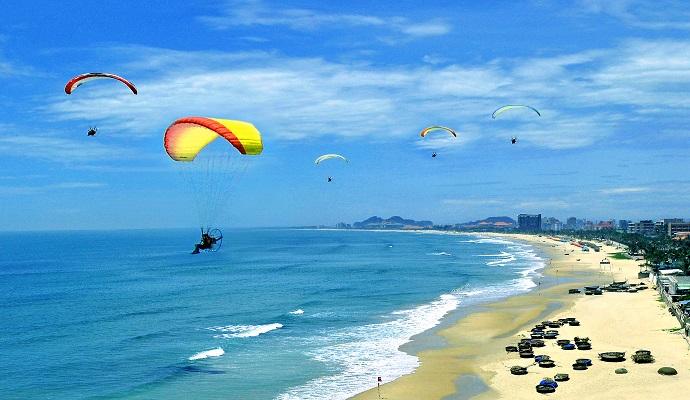 Không chỉ nổi tiếng là thành phố của những cây cầu, Đà Nẵng còn thu hút du khách bởi những bãi biển trong xanh.