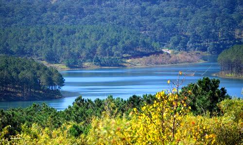 Hồ Tuyền Lâm nhẹ nhàng và trong xanh như màu ngọc bích.