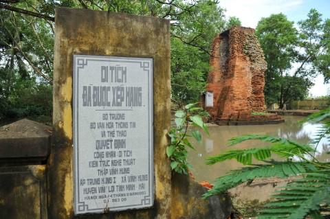 Tháp cổ Vĩnh Hưng là công trình kiến trúc độc đáo từ lâu đời.