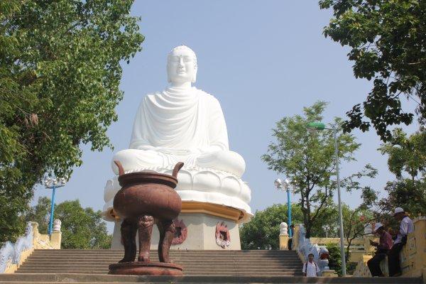 Khung cảnh tuyệt đẹp của quần thể kiến trúc Phật giáo rộng khoảng 5 ha và là điểm dừng chân của nhiều phật tử từ nhiều nơi của tổ quốc ghé thăm.