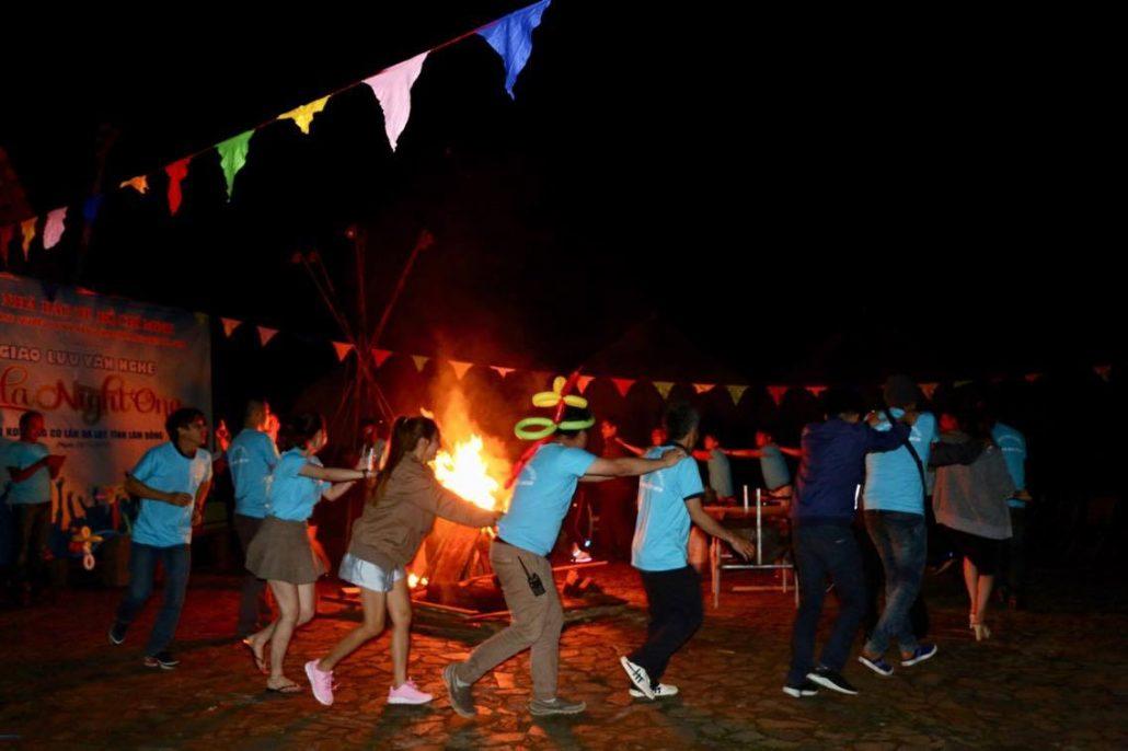 Đốt lửa trại ở Làng Cù Lần