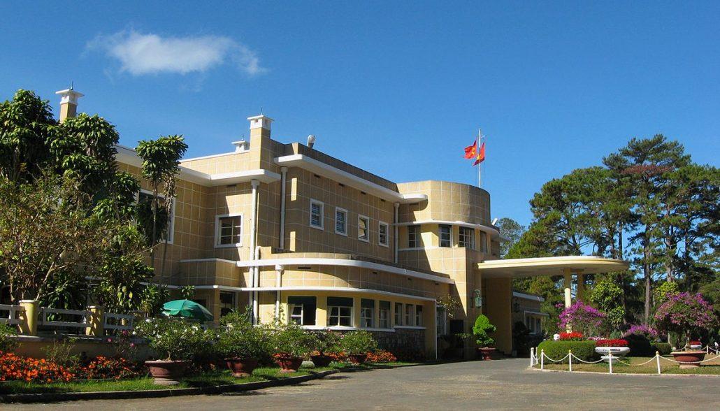 Bạn có thể đi đến Đường hầm đất sét theo hướng Dinh Bảo Đại.