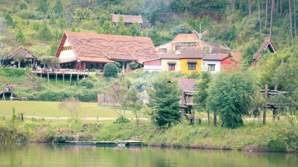 Làng Cù Lần mang tên ngôi làng cổ tích.