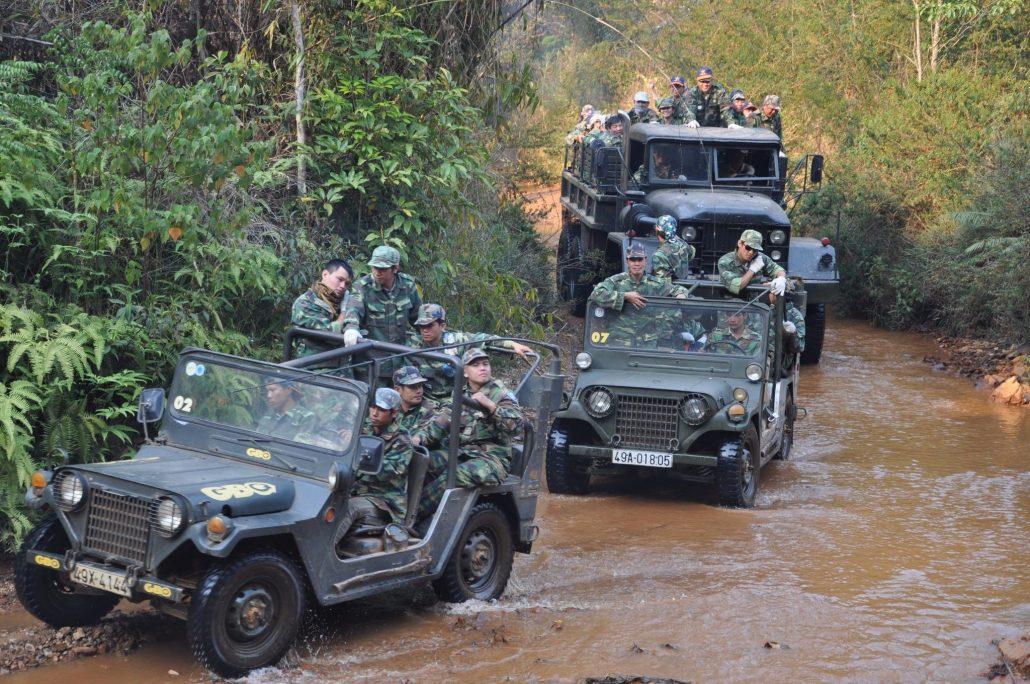 Bạn có thể trải nghiệm du lịch bằng xe jeep tại Làng Cù Lần.
