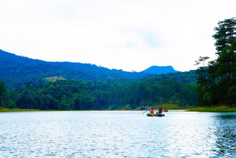 Du thuyền thưởng ngoạn phong cảnh hồ