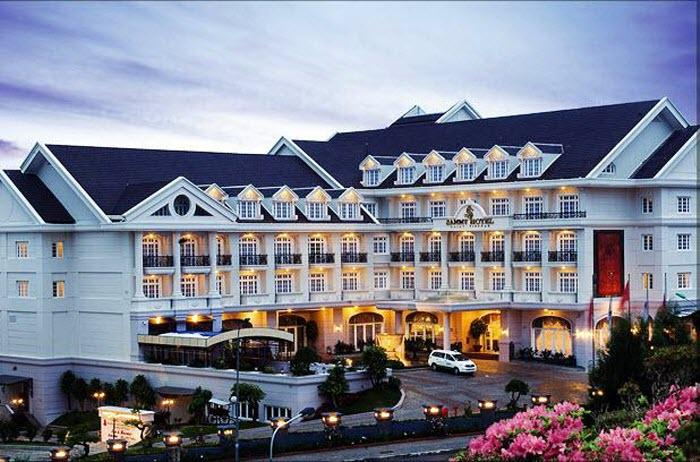 Từ bên ngoài ta đã có thể thấy được thiết kế phong cách châu Âu của khách sạn Sammy Dalat