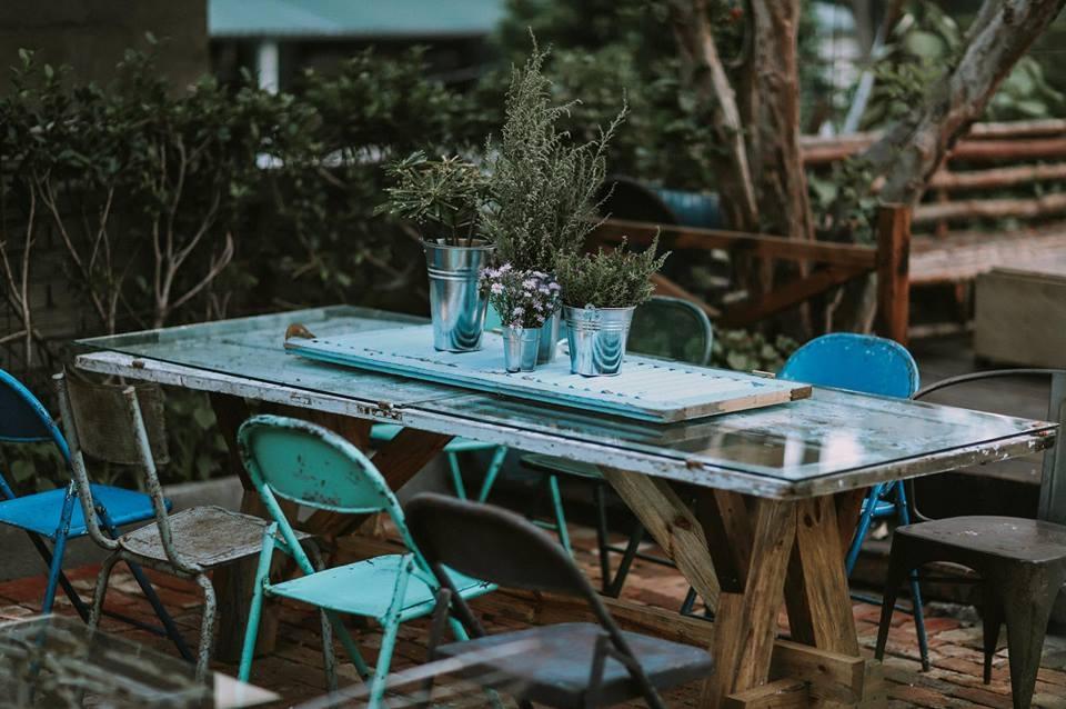 Đến cả những chiếc bàn nhỏ cũng được đặt những chậu cây nhỏ nhắn, đáng yêu