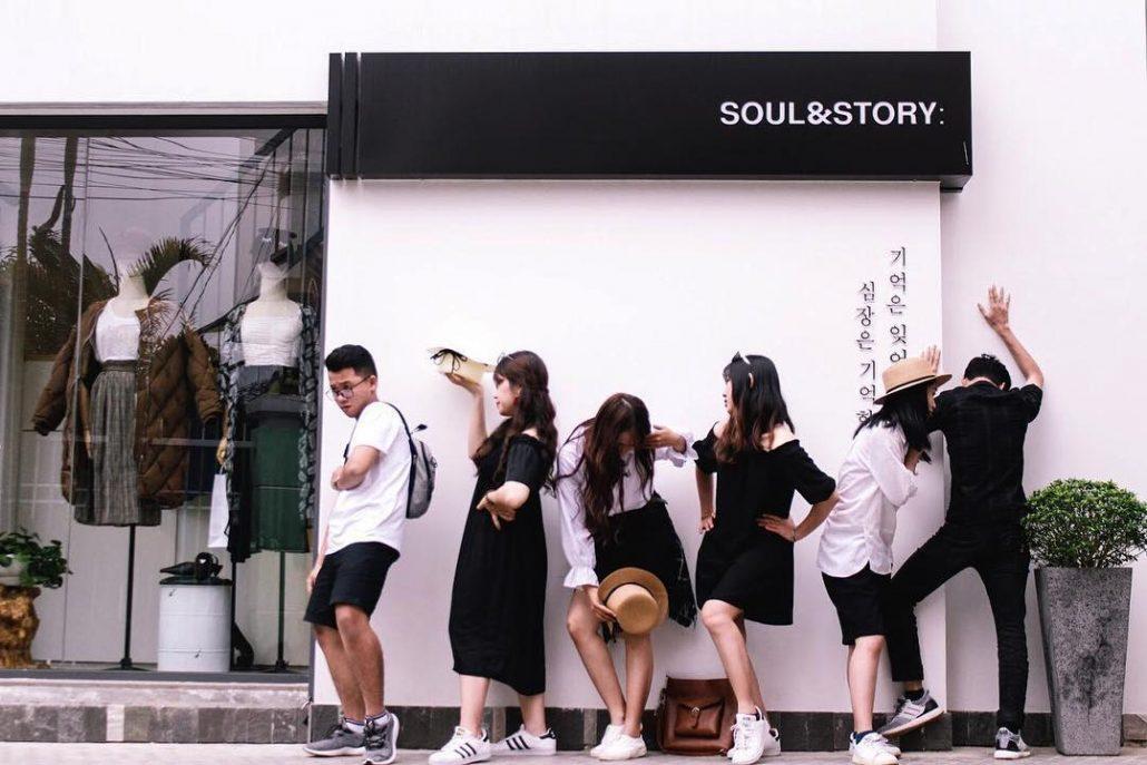 Các bạn trẻ tạo dáng check in tại bức tường trắng Hàn Quốc thần thánh