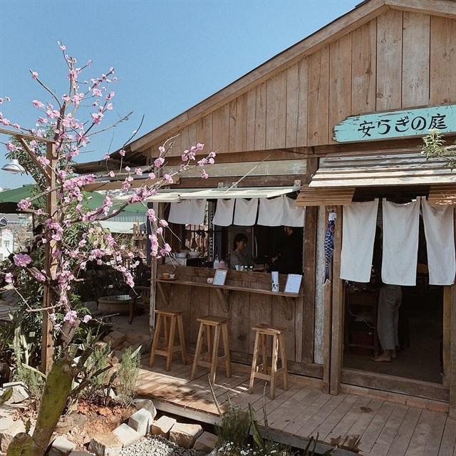 Quán cà phê vườn yên Đà Lạt làm bằng gỗ nhỏ nhỏ, xinh xinh nằm bên đồi