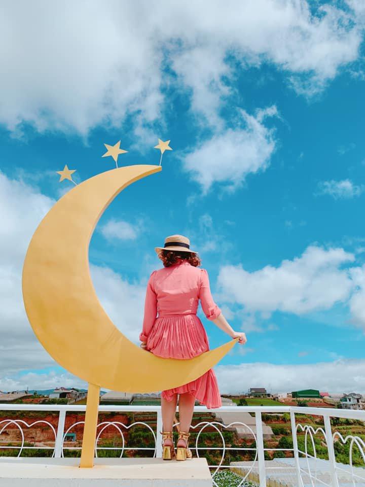 Cung trăng vàng Đà Lạt trên nền trời trong xanh